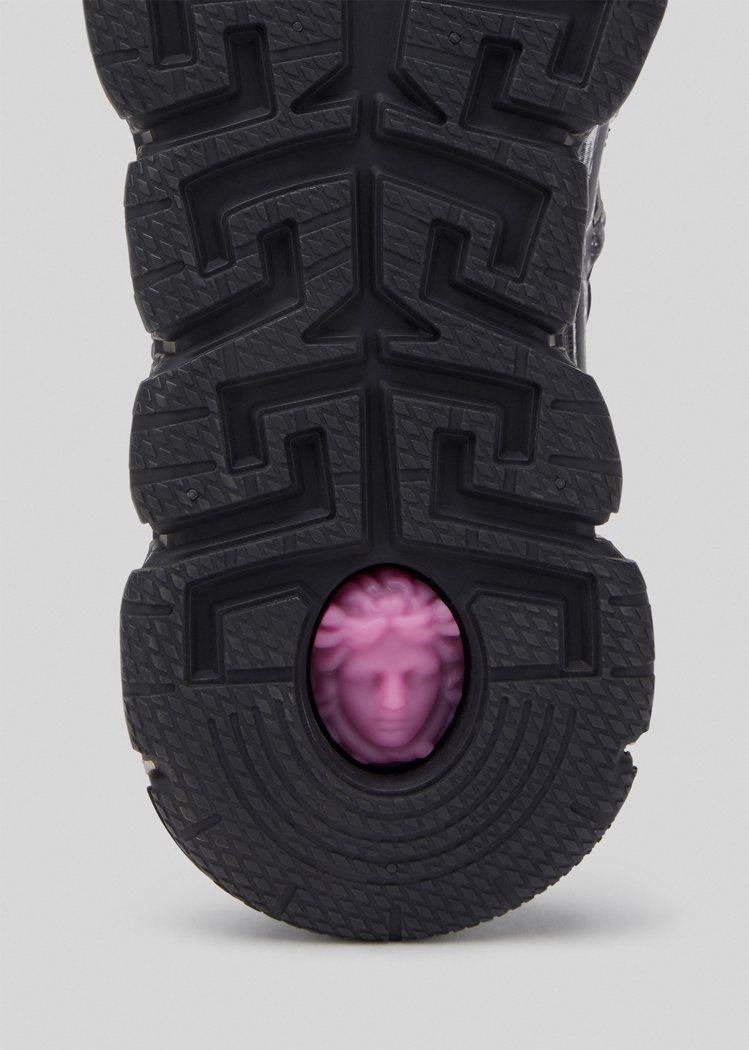 鞋底也別有巧思,裝飾著立體梅杜莎Medusa圖案細節。圖/VERSACE提供