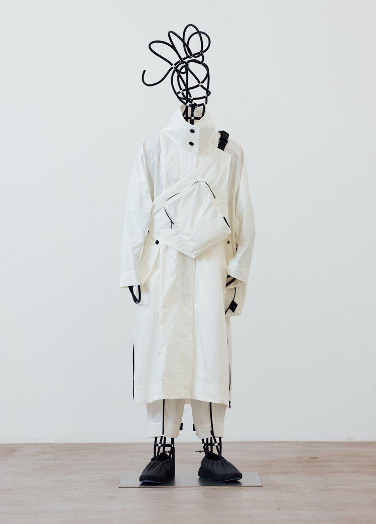 To Go系列將抗縐防水服裝和袋子整合在一起,讓穿著者經歷穿著、折疊和攜帶的循環...