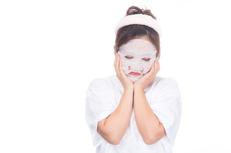 人妻將使用過的面膜貼到老公背部,結果浮現一張清晰可見的白臉。示意圖/pakutaso
