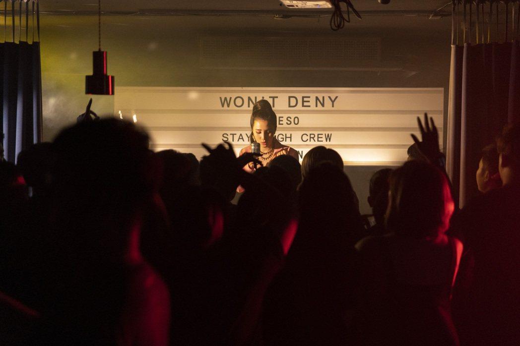 江靜最新歌曲「Won't Deny」找來瘦子合作。圖/本色提供