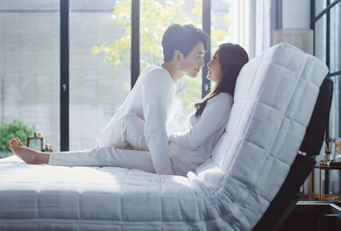 南韓演藝圈夫妻檔Rain與金泰希結婚3年,婚後育有2名寶貝千金,近日卻頻遭「私生飯」騷擾,不但在他們住宅外徘徊、大叫或按門鈴,讓他們不堪其擾,Rain所屬經紀公司透過社群警告:「如果反覆出現侵害藝人...