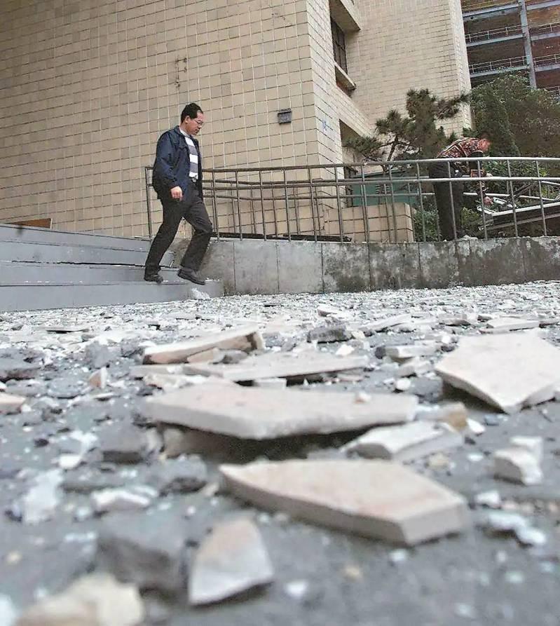 台北市大樓外牆磁磚掉落砸傷路人傳頻,北市府要求全市4393棟老舊高樓,年底前完成外牆健檢申報,但許多社區找專業單位報價,才發現檢測費動輒近百萬。圖/報系資料照