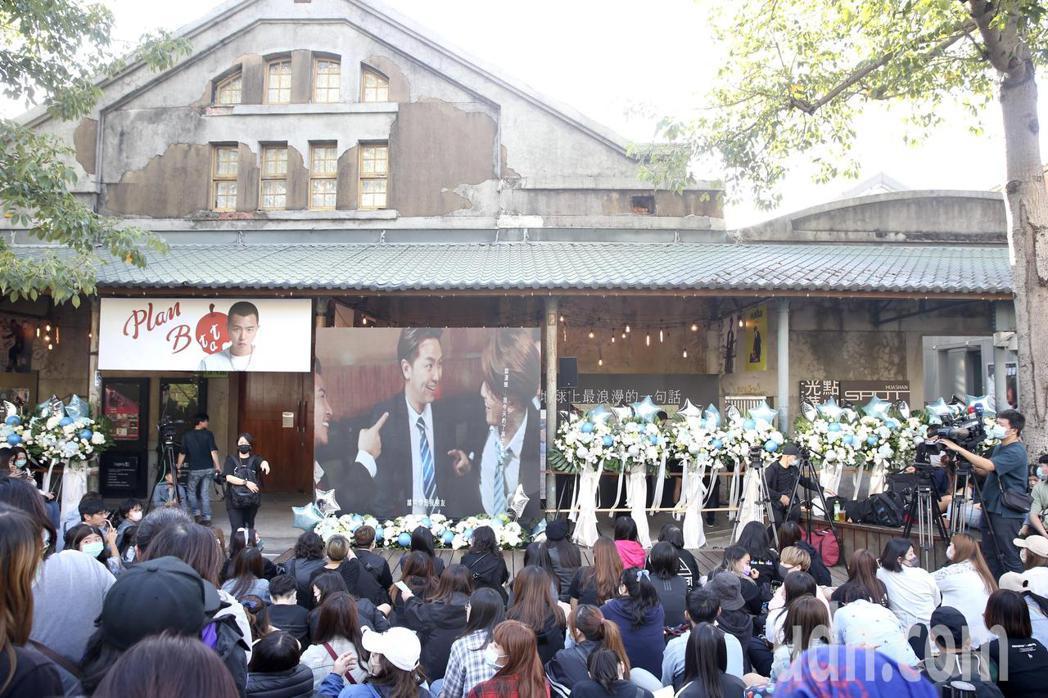黃鴻升「地球上最浪漫的演唱會」追思音樂會,會場華山Legacy外,粉絲擠爆。記者...