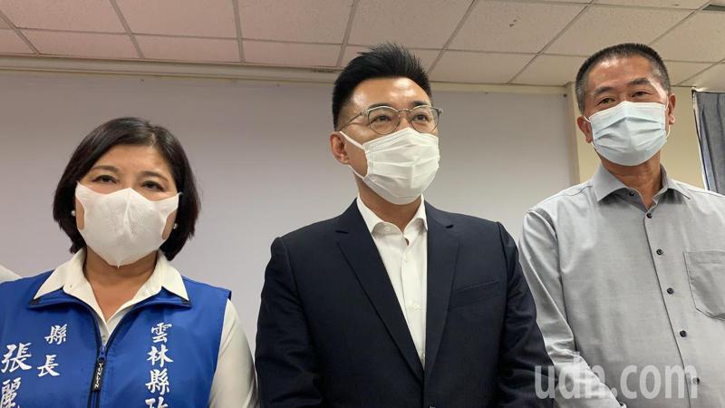 國民黨黨主席江啟臣(中)今天下午率立院黨團8位立委到雲林縣政府召開地方座談,雲林縣長張麗善(左)表達很多預算「看的到、吃不到」的心聲。記者陳苡葳/攝影