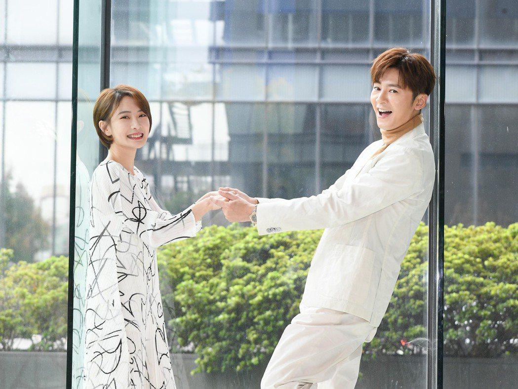 李國毅(右)和李亦捷首度合作三立新戲「費才闖天關」。圖/三立提供