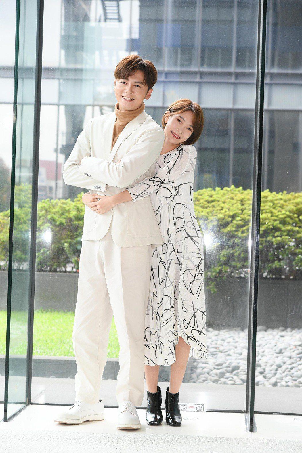 李國毅(左)和李亦捷首度合作三立新戲「費才闖天關」。圖/三立提供