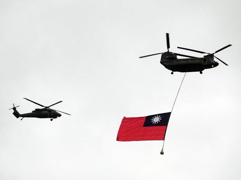 雙十國慶即將到來,國軍上午舉行國慶飛行器全兵力預演活動,7架黑鷹直升機(UH-60M)伴隨兩架CH-47SD吊掛巨幅國旗進場。記者曾吉松/攝影