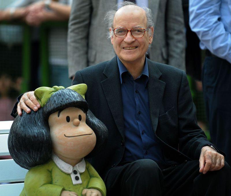 知名漫畫《瑪法達》的作者季諾,2009年在布宜諾斯艾利斯市與一座瑪法達雕像合影。法新社