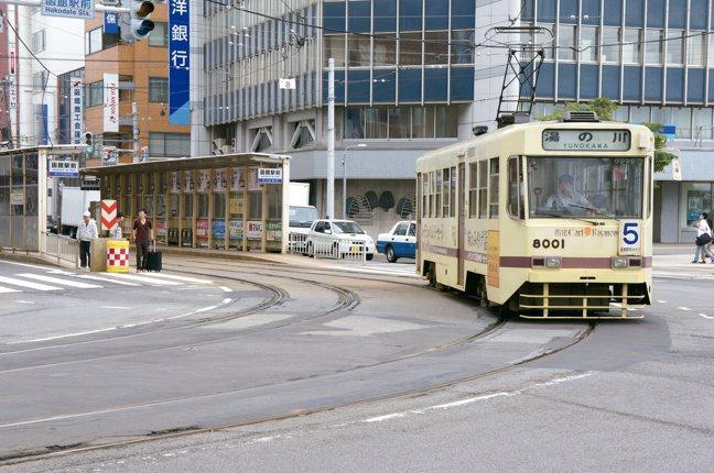 函館的路面電車。圖/摘自原點出版社、「日本一日遠方」作者張維中