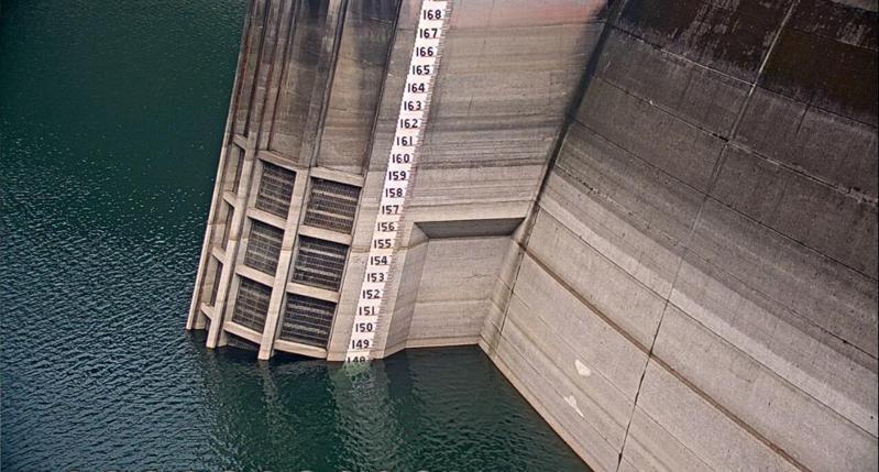翡翠水庫入夏以來降雨偏少,6日上午8時水位已達148.18公尺,有效蓄水量1億6,210萬噸,蓄水率48.3%,為2003年以來同時期最低水位,呼籲民眾共體時艱節約用水。 圖/翡管局提供