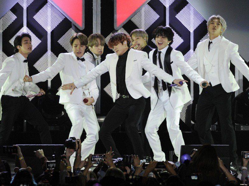 南韓人氣男團防彈少年團(BTS)新曲Dynamite剛拿下第三個美國告示牌百大單曲榜冠軍頭銜。圖為去年他們在美國的演出。美聯社