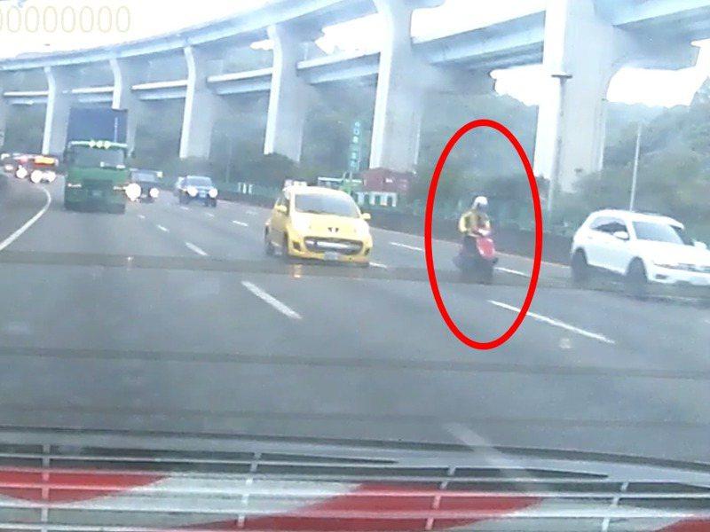 趙男(紅圈)看見前方的國道巡邏車卻不理睬,繼續蛇行,甚至揮手叫警方閃開。記者林昭彰/翻攝