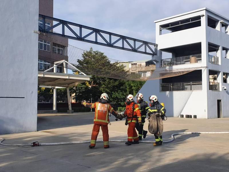 為強化消防人員在災害現場的安全,桃園市政府消防局率全亞洲之先,辦理事故安全官訓練。記者陳夢茹/攝影