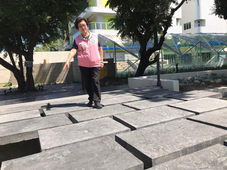 台中市議員邱素貞指出,長春國民運動中心人行道縫隙過大。圖/邱素貞提供