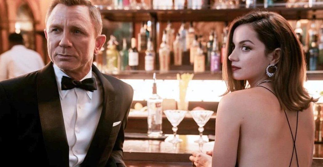 「007生死交戰」檔期整整推遲一年,安娜迪阿瑪斯(右)只能不停被問到關於該片的問...