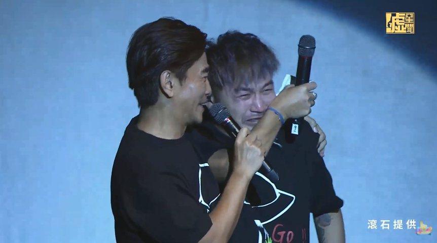 KID(右)在台上忍不住爆哭。圖/摘自YouTube
