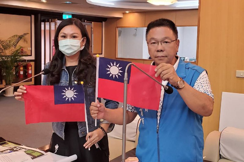 國民黨台南市議員林燕祝(左)、蔡育輝(右)等人要求台南市政府購置小國旗在國慶焰火會場發送。圖/台南市議會國民黨團提供