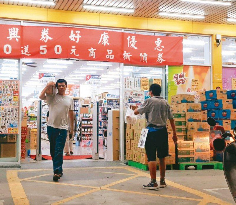 民雄鄉54歲張姓男子每天到頭橋一家百貨行前賣手工饅頭,賺微薄生活費。記者陳玫伶/攝影