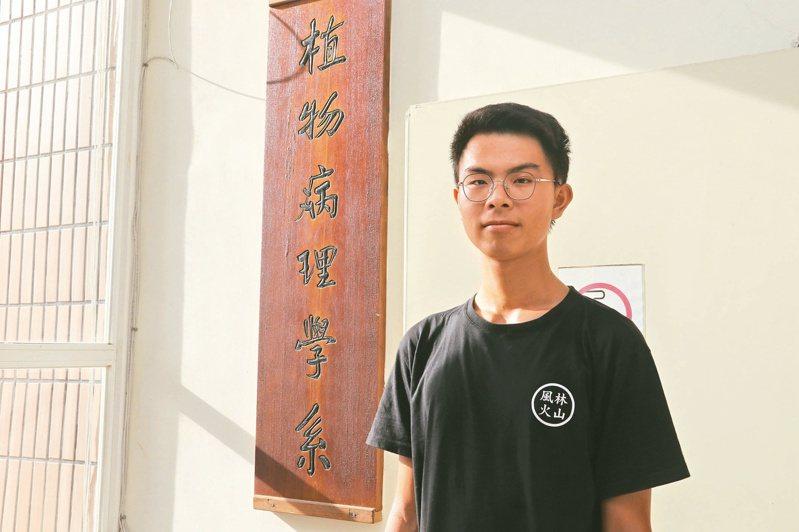張煜承十歲開始下田幫忙,練就一身「插秧功夫」。記者喻文玟/攝影