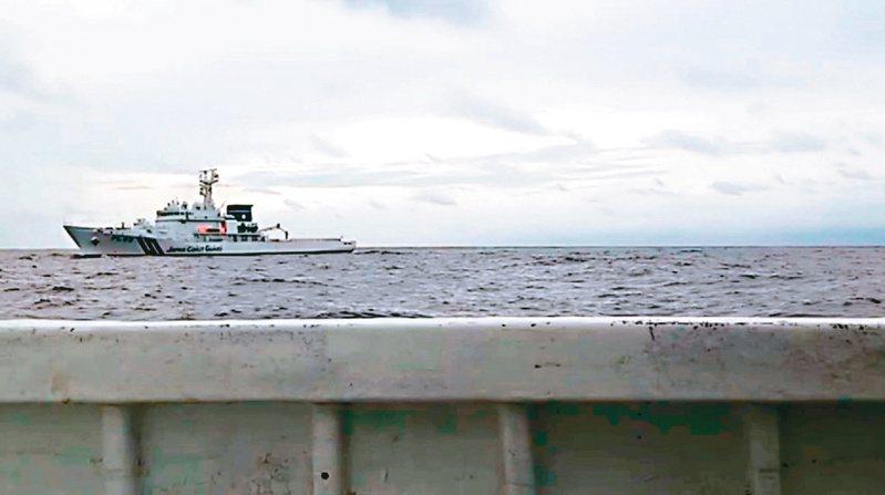 蘇澳籍新凌波二三六號漁船在釣魚台十二浬海域作業遭日本保安廳公務船衝撞,漁船指控日方船艇仍持續緊追。 記者戴永華/翻攝