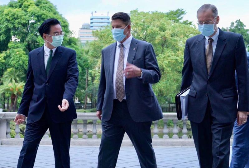 美國務次卿克拉奇訪台(中),外交部長吳釗燮(左)向他介紹台北賓館。圖/外交部提供