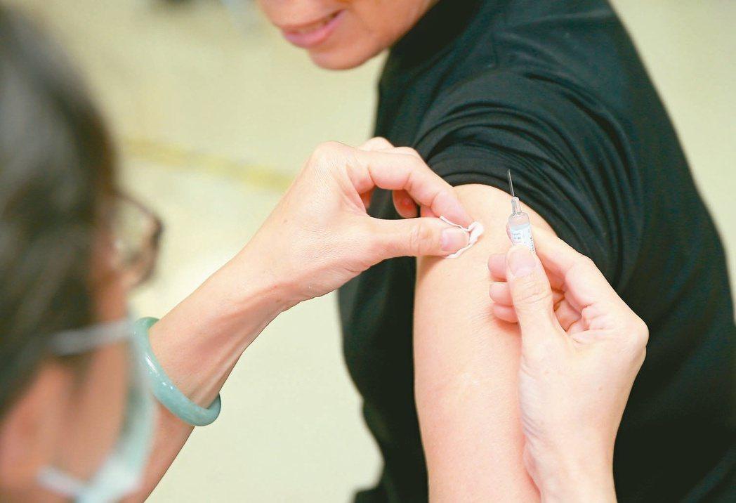 公費流感疫苗開打,今年新冠病毒疫情成為「最佳催種員」,嚇出中壯年接種數。 圖/聯...