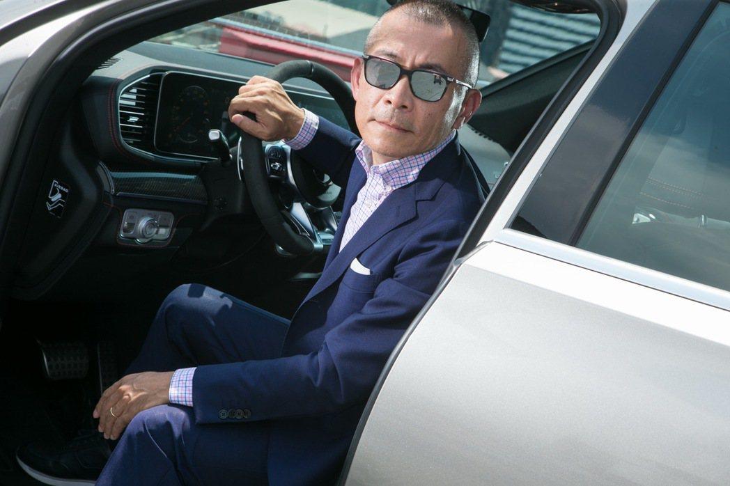 在知名企業擔任營運長的Michael,不僅對穿著有自己想法,車款品味也是高人一等...