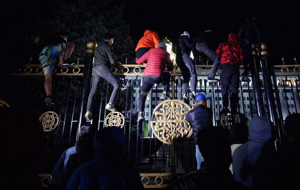 自周日夜间开始,数千名示威者就以首都比斯凯克为主要舞台,包围並试图攻占吉尔吉斯的...