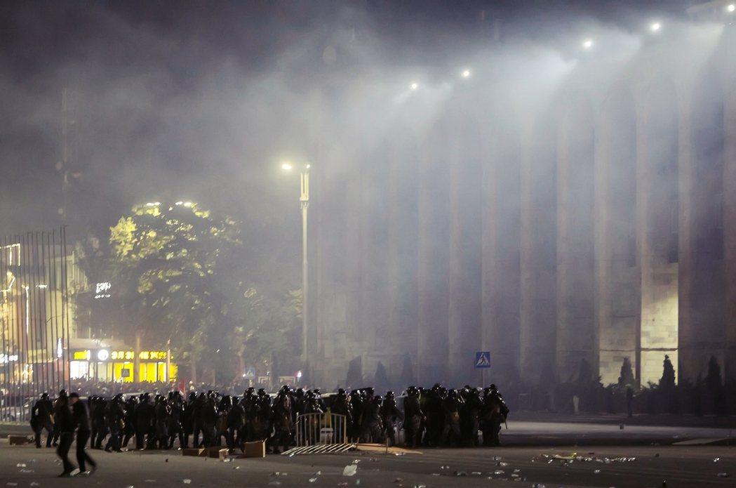 吉尔吉斯的当前政争与动盪,始因于10月4日的国会大选结果。图为吉尔吉斯警方出动驱...
