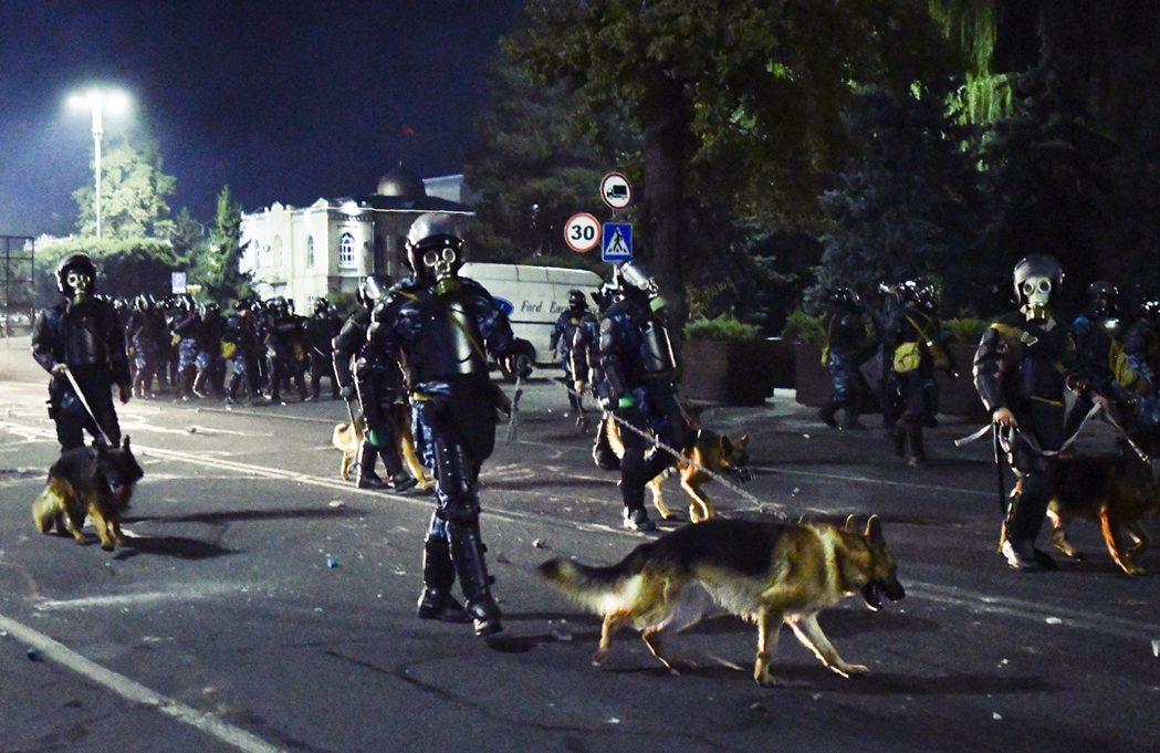 在比斯凯克陷入「无政府」真空的同时,吉尔吉斯的街头对抗也累积至少1死、将近600...