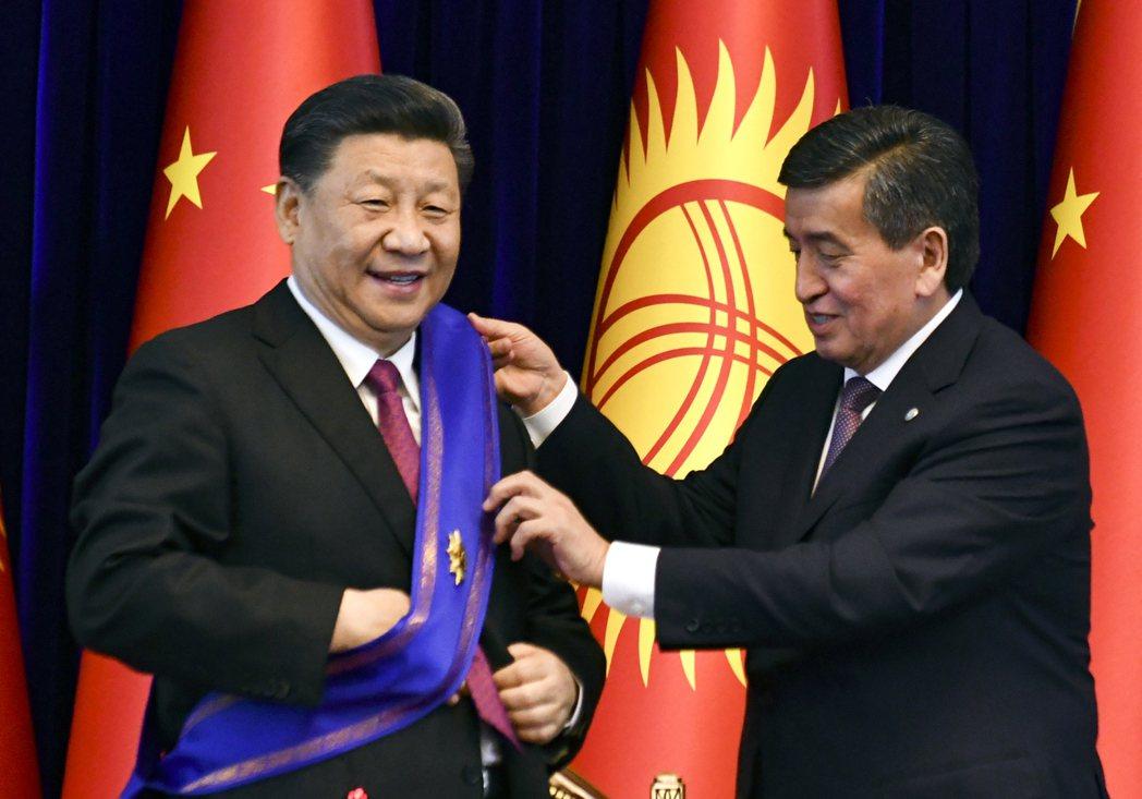以现任总统热恩别科夫(Sooronbai Jeenbekov)为首的联合政府党派...