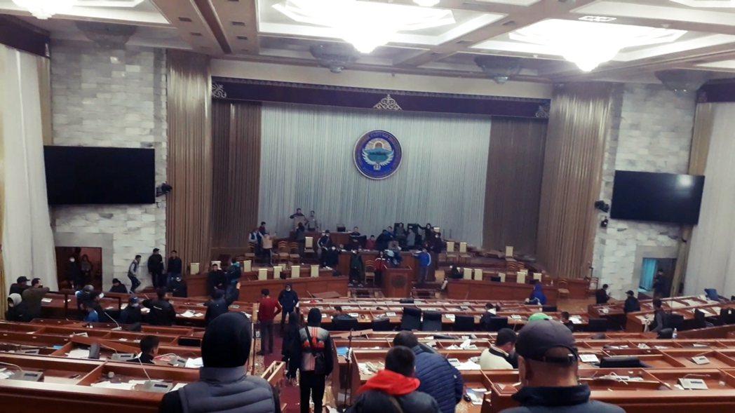 图为5日,吉尔吉斯示威者进入议会大楼,场面凌乱。 图/路透社