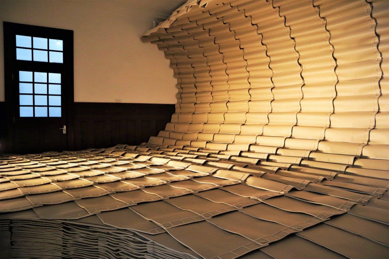 藝術家范承宗以古籍「線裝」裝幀為構想,以兩千本書籍營造視覺波浪,彷如向觀眾襲來,...