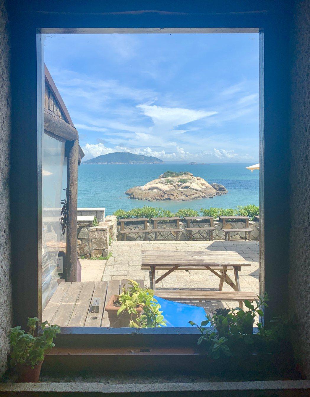 馬祖芹壁某咖啡館的窗景,非常愛琴海。 圖/蔡珠兒攝影