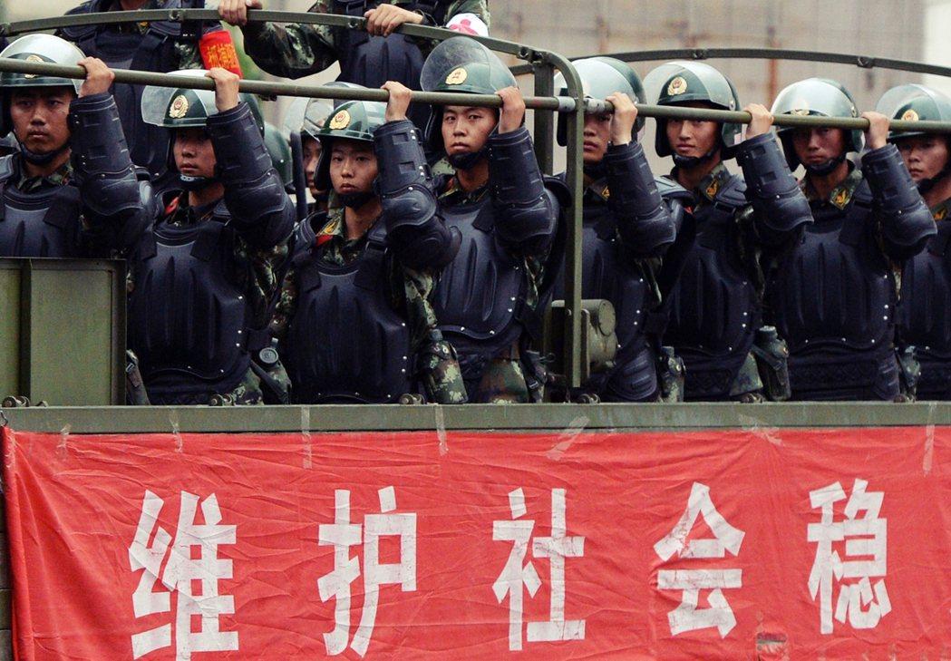 「維護社會穩定...?」圖為開進烏魯木齊的中國部隊。2017 年起,中國政府以「...