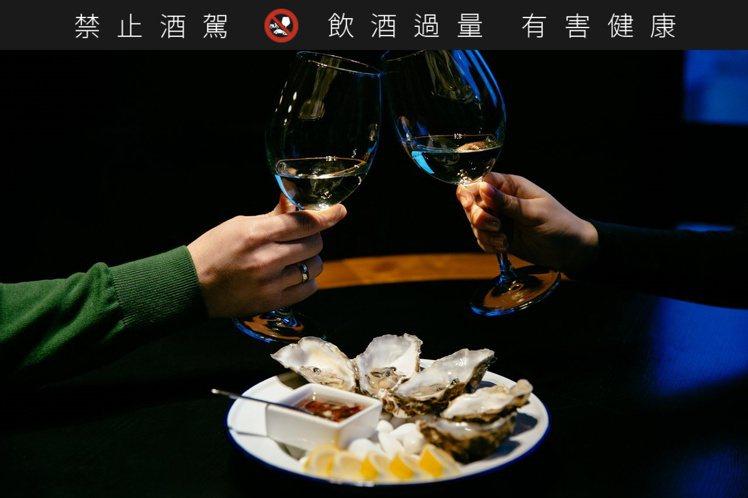酒吧加碼提供「生蠔自助吧」,享生蠔現點現開殼,大啖來自大海最鮮甜的美味。圖/慕軒...