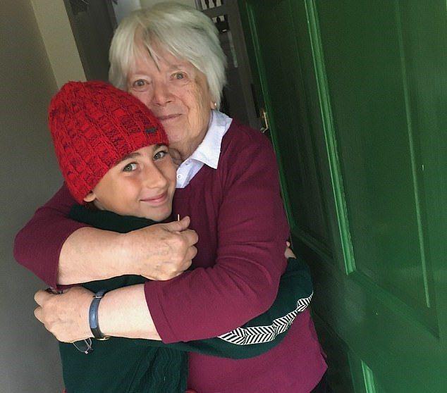 一名11歲男孩從義大利西西里島,一路步行2735公里到英國,探望一年多沒見的阿嬤。 。圖/取自dailymail