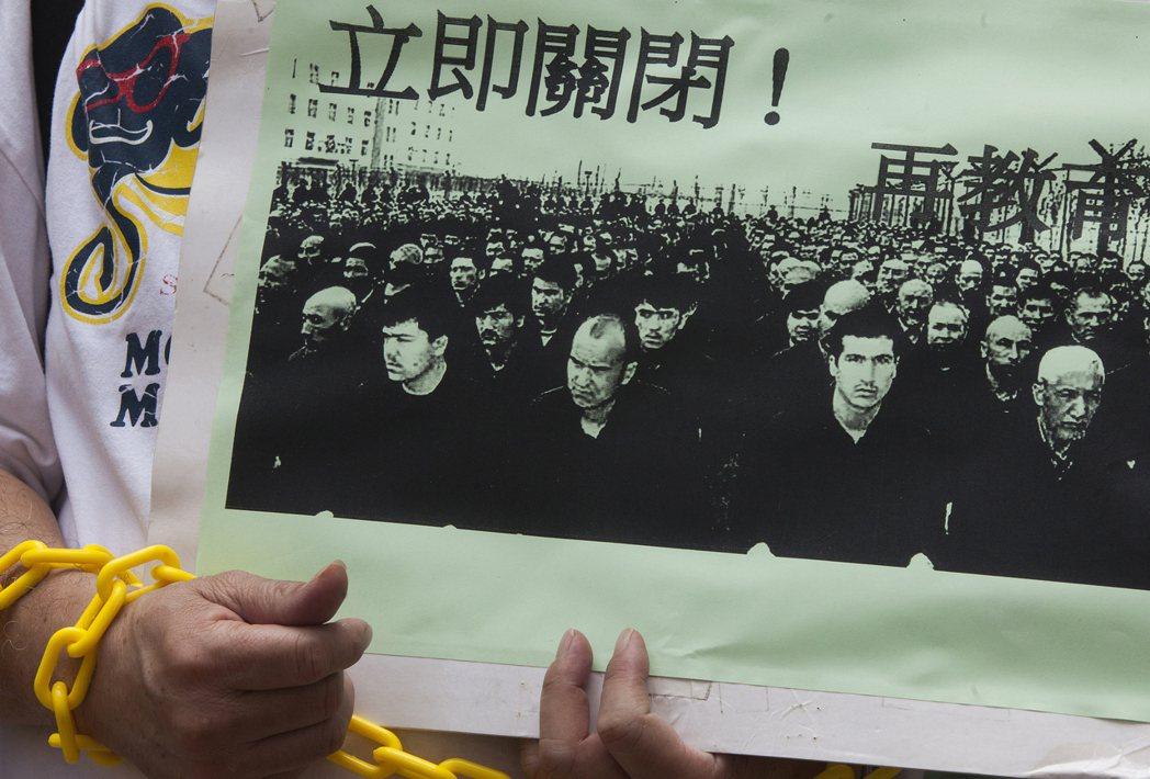 近年來,中國政府在新疆的作為,確實讓維吾爾人的處境浮上檯面。圖為香港人權團體,在...