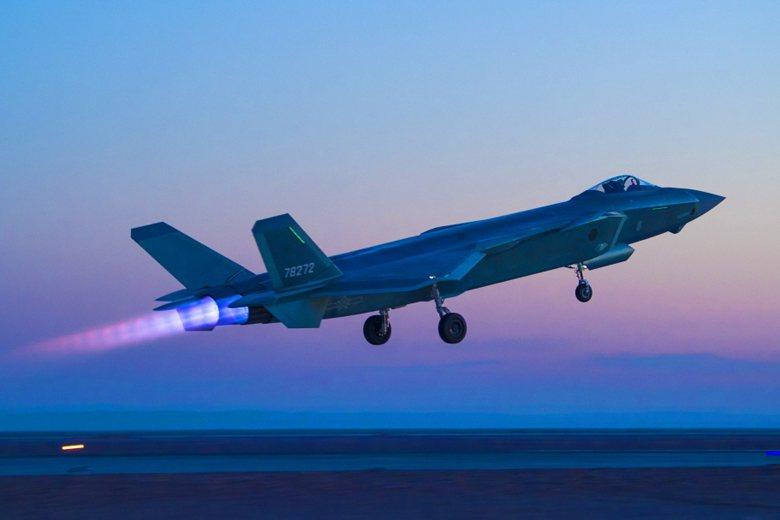 未來殲-20、Su-35負責奪取空優,殲-16D擔任電戰掩護的工作,殲-16則負責發射反輻射飛彈。圖為殲-20。 圖/新華社