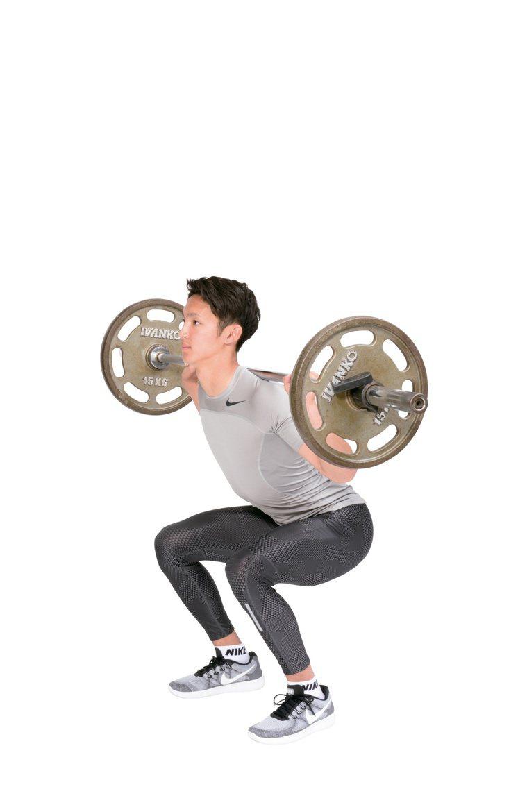 鍛鍊大腿前方股四頭肌的槓鈴深蹲。腿部伸展訓練只有伸展膝關節,屬於單關節項目;深蹲...