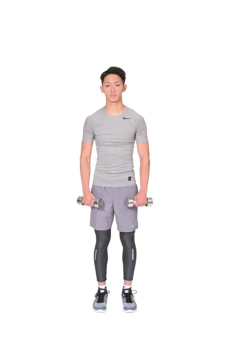 鍛鍊肩膀三角肌的啞鈴側平舉,負荷會在手臂放在正下方時流失。 圖/摘自《健身新手重...