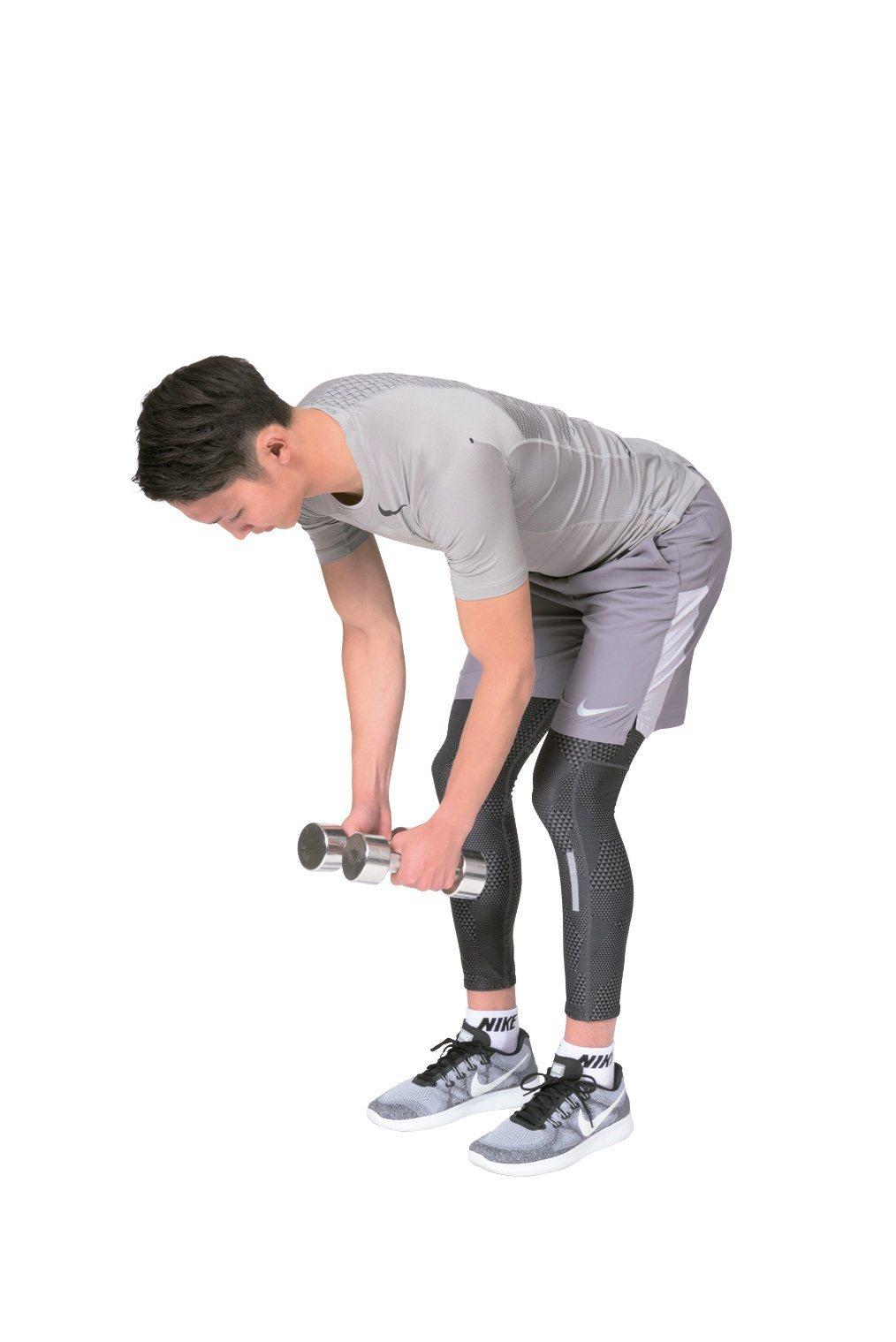 鍛鍊三角肌後束的啞鈴後舉,站立執行的話,每次下放啞鈴時,就會減弱肌肉伸張狀態時的...