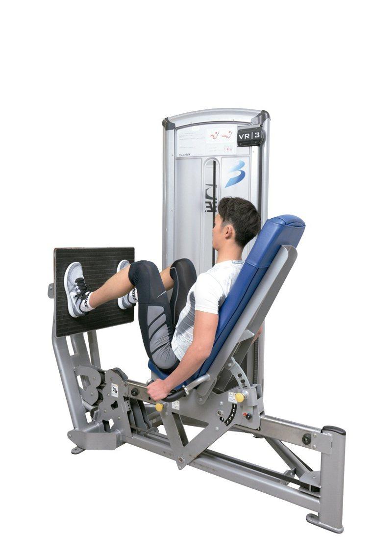 大腿推蹬訓練時會藉由與深蹲幾乎相同的動作,鍛鍊大腿的股四頭肌、內收肌群與臀部的臀...