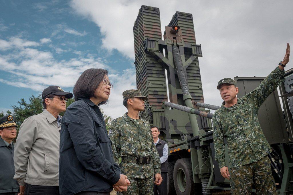 蔡英文總統視察天弓三型防空飛彈發射車檔案照。 圖/總統府
