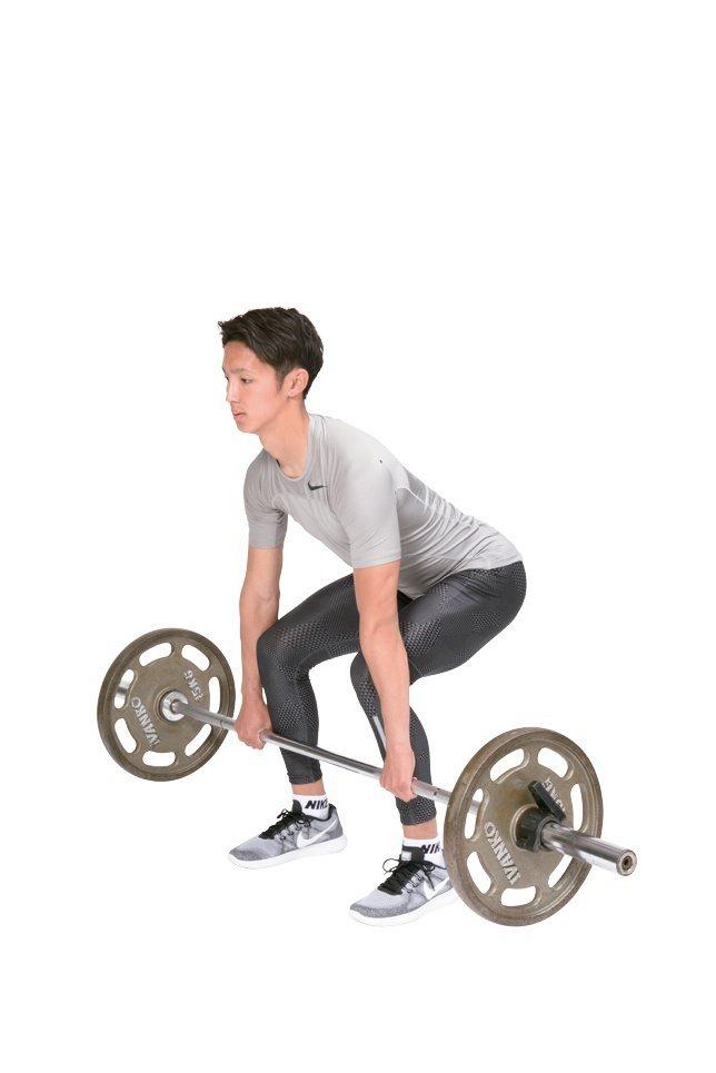 鍛鍊膕繩肌之餘提升身體柔軟度的羅馬尼亞硬舉。在稍微彎曲膝蓋、上半身前傾的起始姿勢...