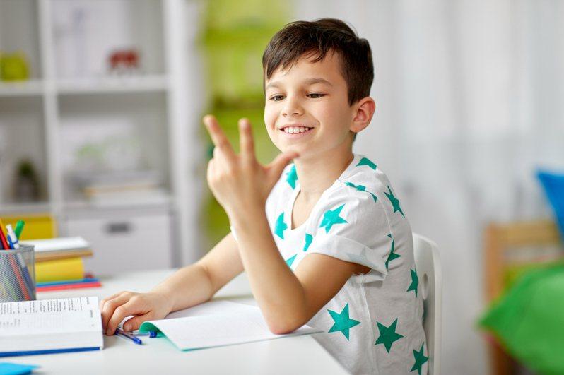 一名網友PO出國小三年級小朋友的數學作業,只見小朋友只錯其中一題,因將單位「分鐘」簡寫為「分」而被老師扣1分。示意圖/ingimage