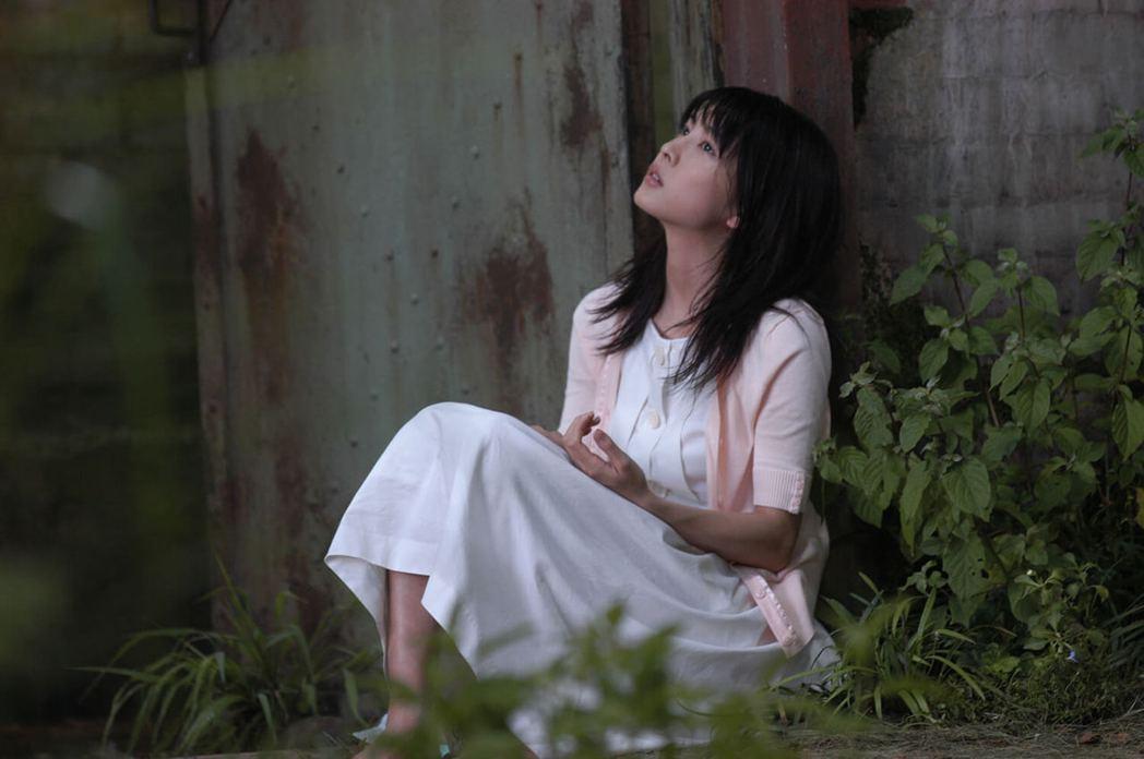 竹內結子2004年主演電影《現在,很想見你》,成為她的大銀幕代表作之一。 圖/《現在,很想見你》