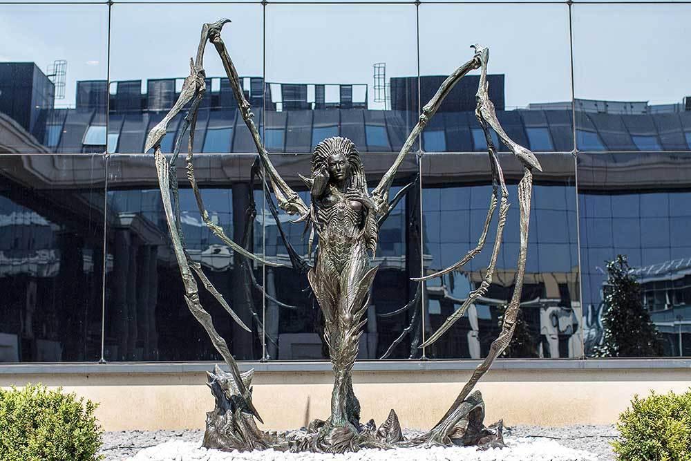 法國凡爾賽暴雪辦公室外的凱莉根雕像