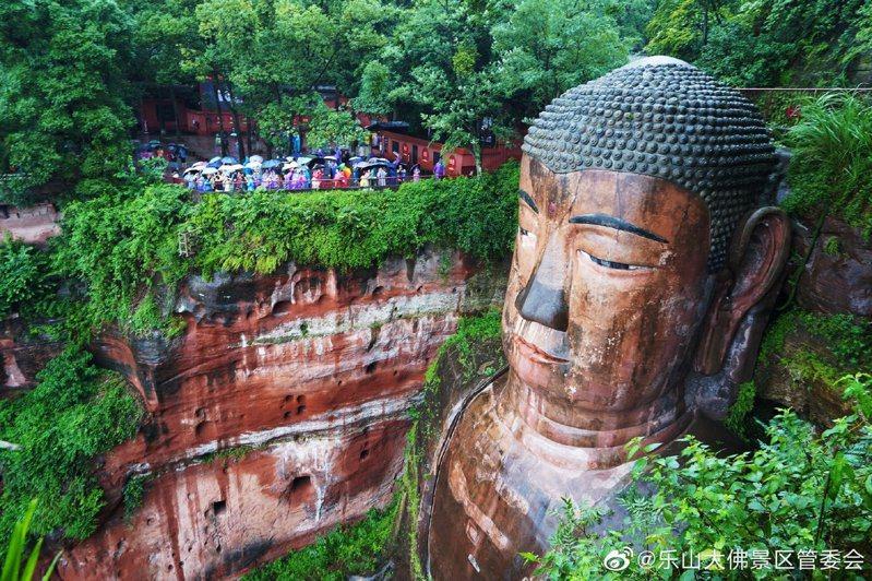 樂山大佛景區在十一長假期以來,遊客爆滿。(取材自微博)