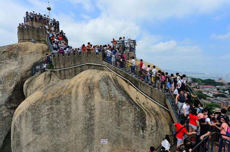 遊客在廈門鼓浪嶼著名景點日光岩遊覽。按照規定,日光岩瞬時承載量為0.23萬人次。(新華社資料照片)